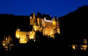 Burg Eltz in nächtlichem Lichterglanz