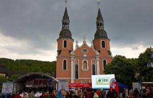 Der Hahnplatz mit der Basilika im Hintergrund, zentraler Ort der großen Geburtstagsparty.