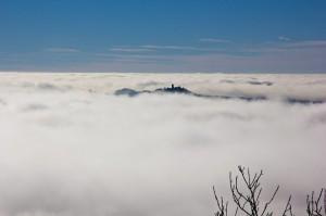 Über den Wolken: Blick vom Kaiser-Wilhelm Turm auf der Hohen Acht, aus dem Wolkenmeer taucht die Nürburg auf.