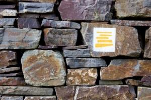 Das Logo des Moselsteigs. Eine sehr gelungene Markierung, für uns symbolisiert sie die Mauern in den Weinbergen.