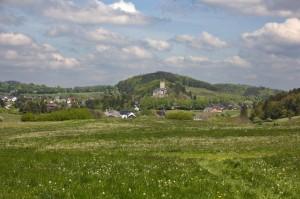 In der Ferne: Burg Kerpen