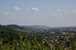 Blick in das Rheintal und Bensheim. In der Ferne die Starkenburg oberhalb von Heppenheim