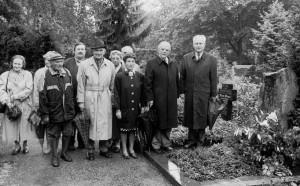 Einweihung des Dronke-Grabes auf dem Trierer Hauptfriedhof 1994 (Ortsgruppe Trier des Eifelvereins)