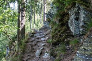 Dieser schmale, felsige Pfad führt hinunter ins Perlenbachtal