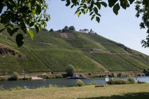 Die Marienburg, von Pünderich aus gesehen