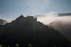 Am frühen Morgen: Burg Are, noch liegt ein Nebelschleier über dem Ahrtal.