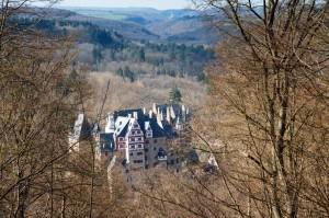 Blick auf Burg Eltz mit Burg Pyrmont im Hintergrund