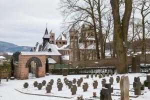 Blick vom Friedhof auf die Abteikirche