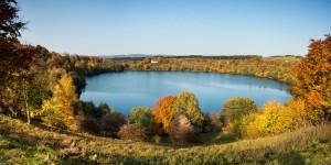 Betörende Schönheit: Das Weinfelder Maar im Herbst