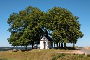 Die Votivkapelle zum Hl. Hermann Josef, Hüngersdorf, im Sommer