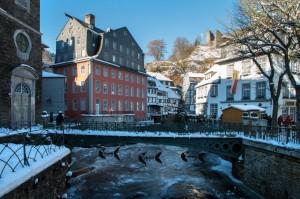 """Das Ziel im Winter: Monschau (hier: Blick von der """"Evangelischen Brücke"""" auf Rur, Rotes Haus und Ruine Haller)"""