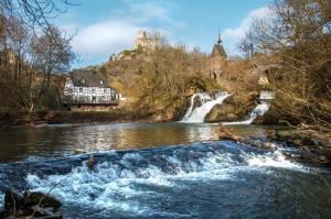 """Ein bezauberndes Ensemble am Traumpfad """"Pyrmonter Felsensteig"""": Der Elzbach, der zweigeteilte Wasserfall, die Pyrmonter Mühle und die Burg Pyrmont"""