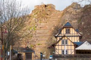 Das Ziel: der Bahnhof von Mayschoß, darüber die Saffenburg