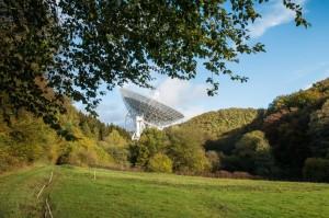 Aus dem Tal der Blick auf das Radioteleskop